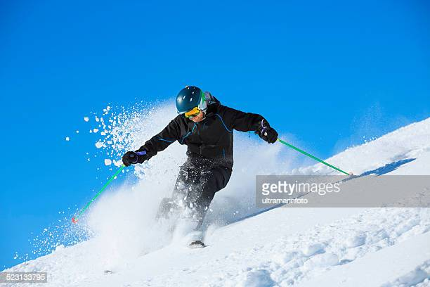 Hombres maduros piste de esquí sobre nieve en polvo soleado de complejos turísticos de esquí