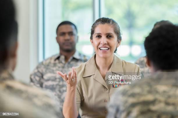 講義中に質問をする成熟した武官 - 将校 ストックフォトと画像