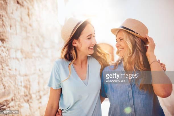 Reife Mutter und Tochter gehen in der mittelalterlichen Stadt in Italien