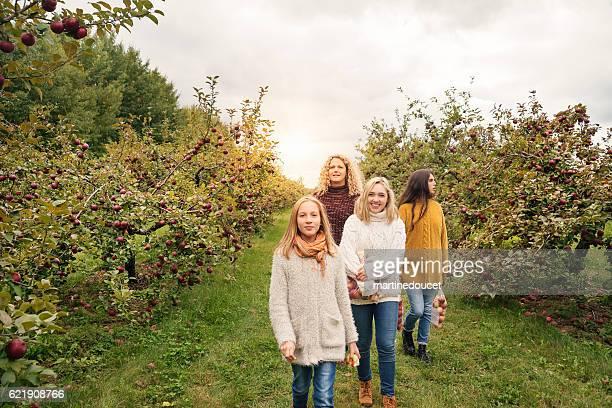 """reife mutter mit teenager-töchter zu fuß in obstgarten herbst. - """"martine doucet"""" or martinedoucet stock-fotos und bilder"""
