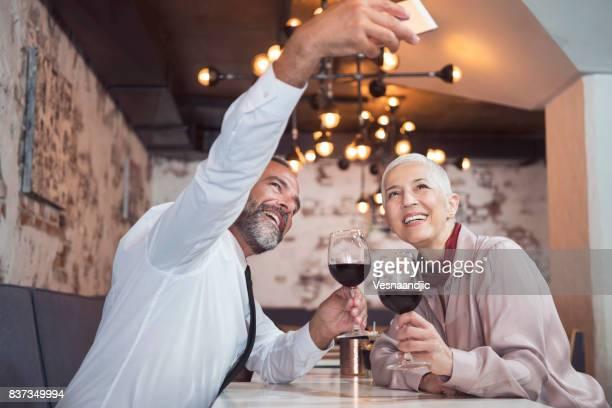 ältere menschen im restaurant - selbstportrait stock-fotos und bilder