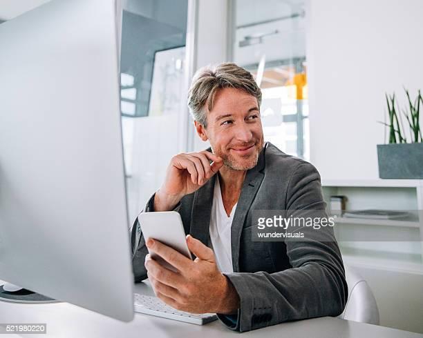 マチュアプロのビジネスマンは、インターネットの閲覧、彼のスマートフォン