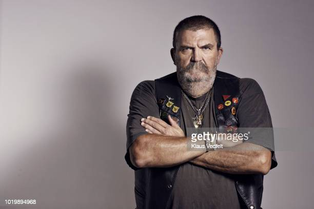 mature rough looking man photographed on studio with hard lighting - dureza - fotografias e filmes do acervo