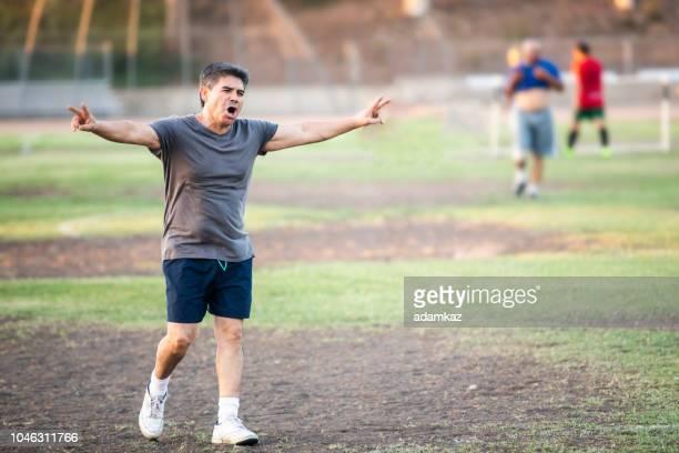 homme mature senior latino fête marquant un but de soccer - ligue professionnelle nord américaine de football photos et images de collection