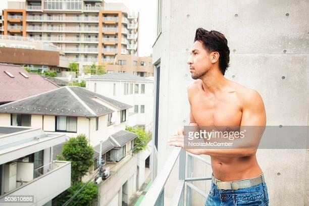 Mature Homme torse nu japonais vue depuis le balcon