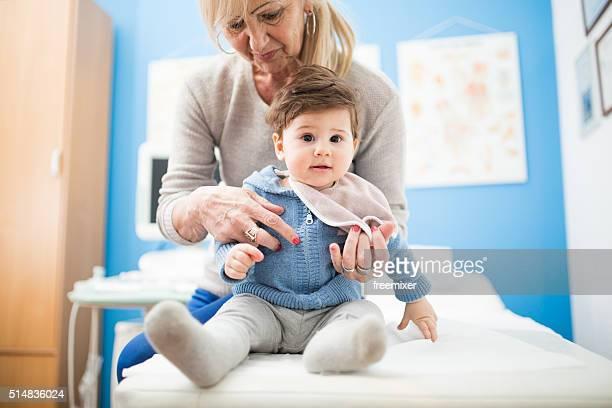 Femme d'âge mûr et fils fils au docteur