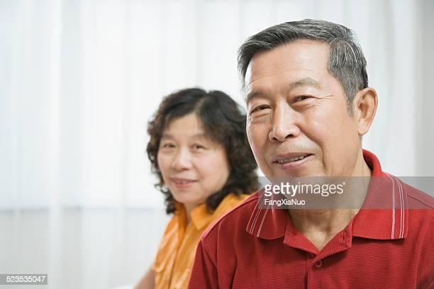 Mature femme et homme âgé, sourire