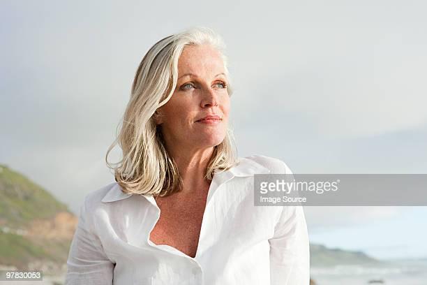Reife Frau an der Küste