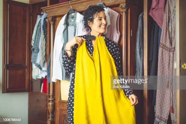 mujer madura en su casa - mujeres de mediana edad fotografías e imágenes de stock