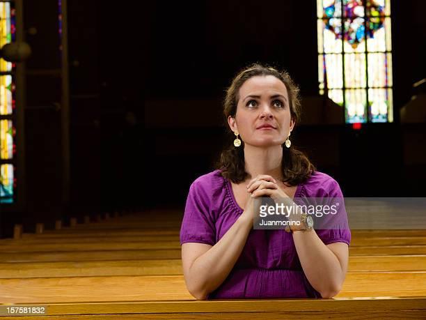 mulher madura na igreja - mulher orando de joelhos imagens e fotografias de stock