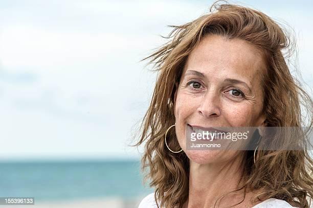 femme d'âge mûr sur la mer - femme 50 ans brune photos et images de collection