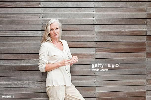 熟年女性に木製の壁