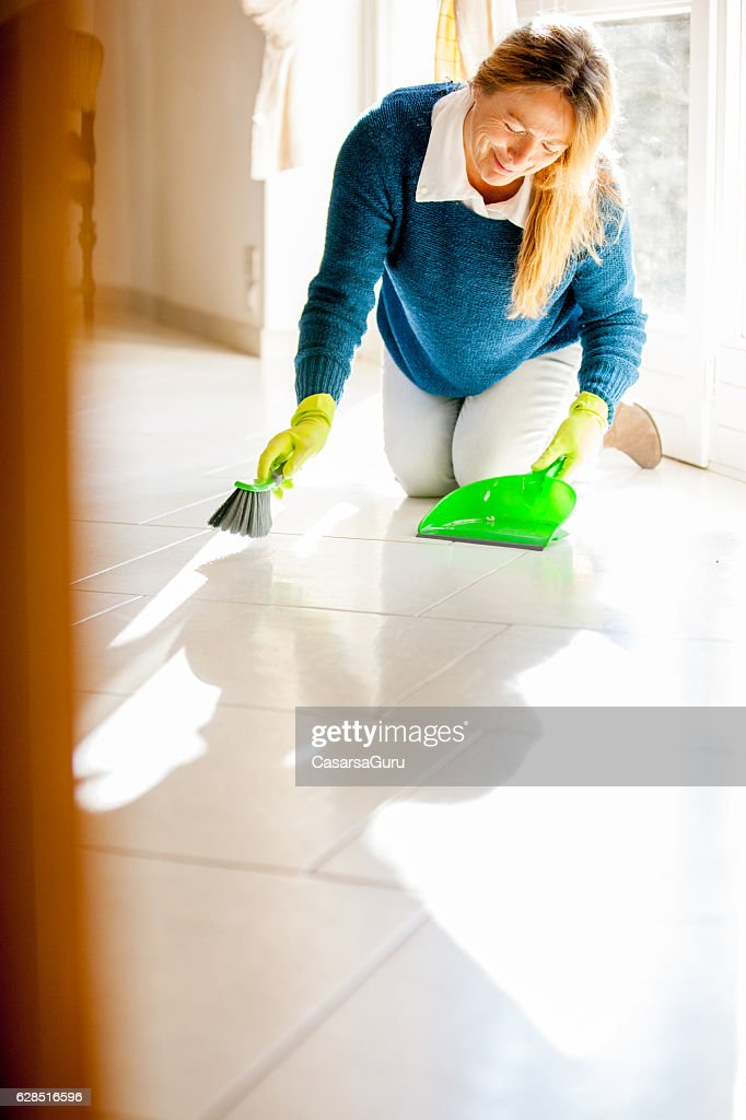 woman-cleaning-house-candid-voluptuous