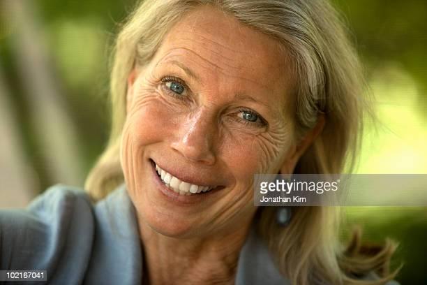 mature woman close up portrait.  - 55 59 jahre stock-fotos und bilder