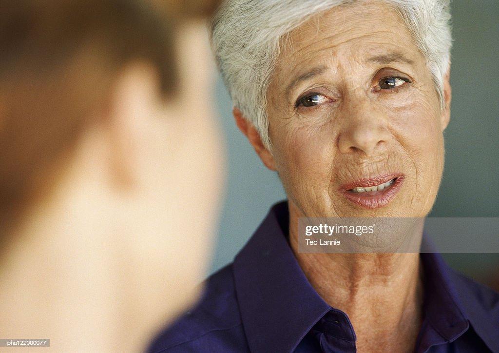 Mature woman, close-up, blurred foreground : Stockfoto