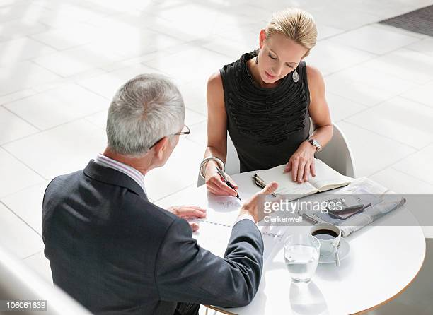 Ältere Frau diskutieren Arbeit mit senior business executive