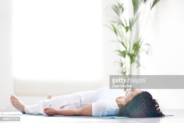 Mujer madura haciendo savasana