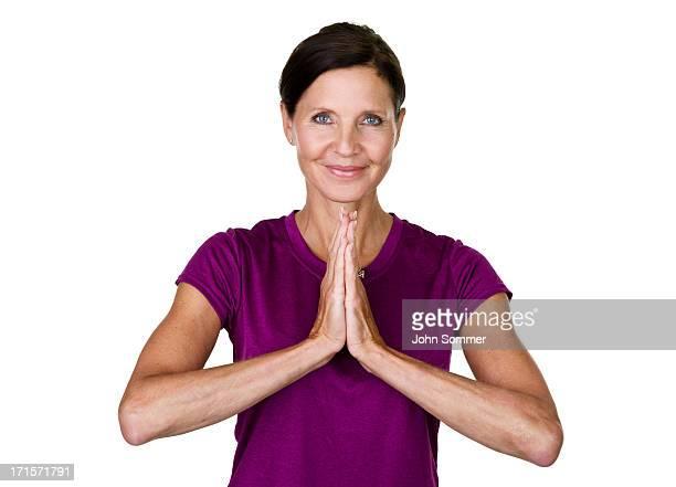mature femme faisant yoga - femme 50 ans brune photos et images de collection