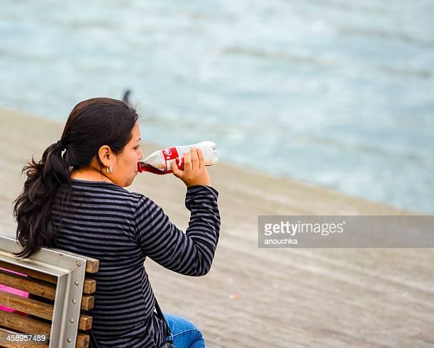 Mujer madura bebiendo Coca-Cola