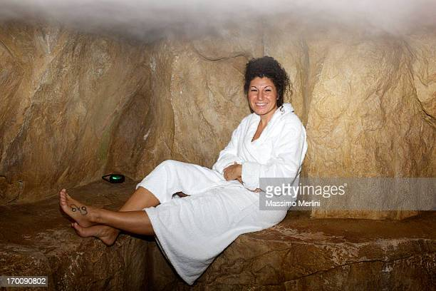 Ältere Frau, die einen heißen sauna