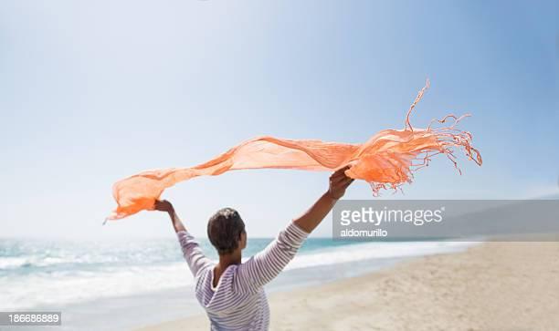 Ältere Frau, die den wind