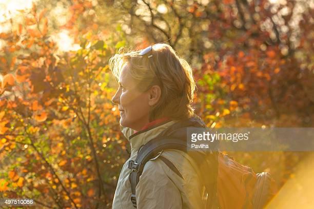 Reife Frau genießt Herbst Farben Slowenien, Europa