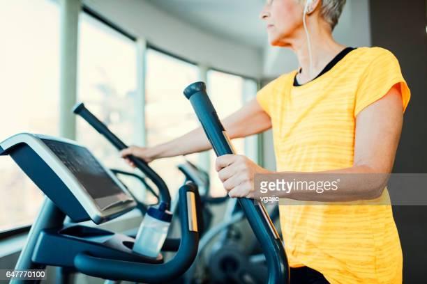 Rijpe vrouw trainen In de sportschool
