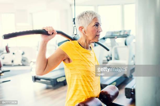 Reife Frau im Fitness-Studio trainieren