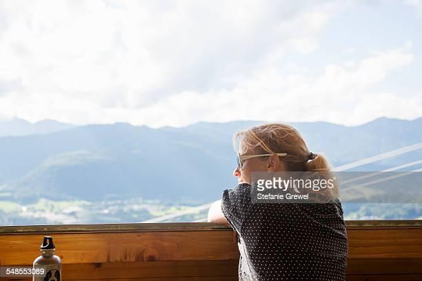 mature woman gazing at landscape view, berchtesgaden, obersalzberg, bavaria, germany - stefanie grewel stock-fotos und bilder