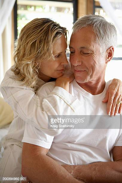 Mature femme tenant les bras autour de l'homme, sourire