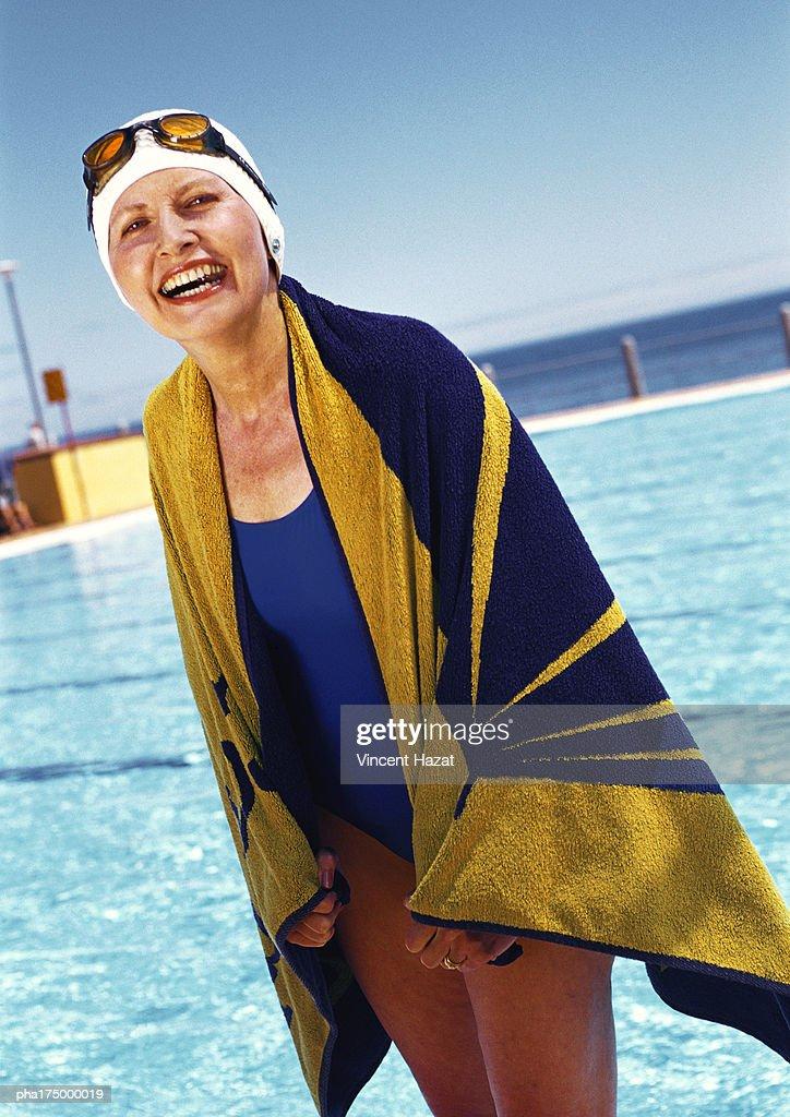 Mature woman holding bath towel, portrait : Stockfoto