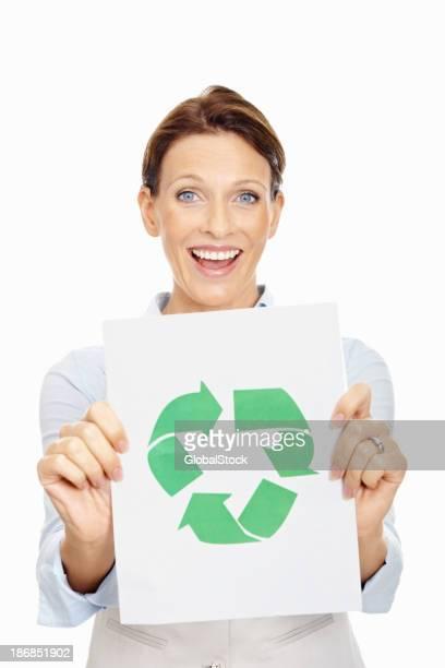 Femme d'âge mûr tenant Symbole de recyclage