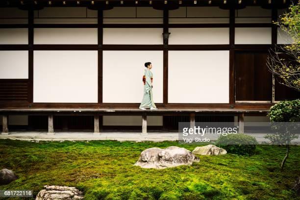 寺で歩いている着物姿の熟女