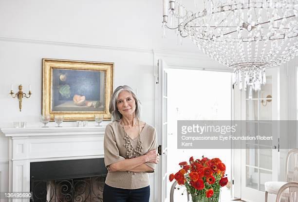 mature woman in dining room, portrait, smiling - 55 59 jahre stock-fotos und bilder