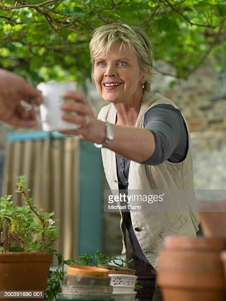 Ältere Frau im Garten Ausführender cup, Mann, Lächeln