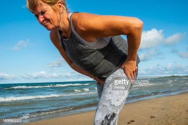 Eine Reife Frau in den Fünfzigern erleben Schmerzen in der Hüfte bei einem Morgenlauf