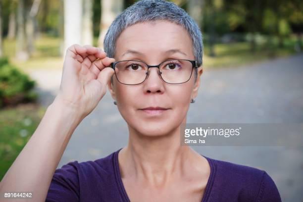 Mujer madura de gafas progresivas
