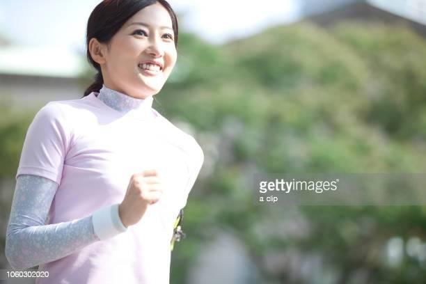 ジョギングをする中高年女性 - 中年の女性一人 ストックフォトと画像