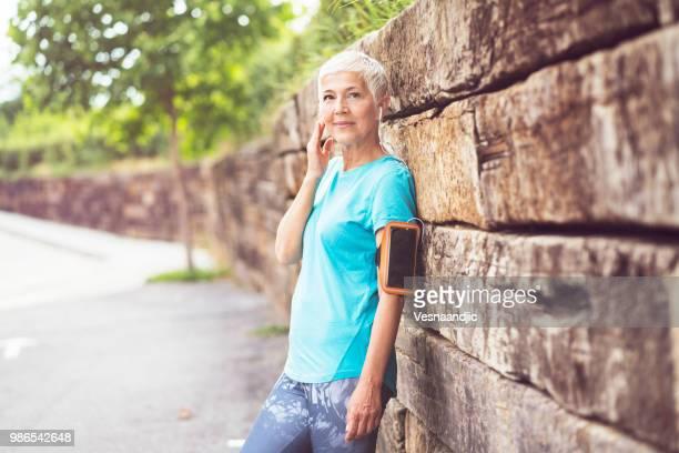 mujer madura para trotar - sporting term fotografías e imágenes de stock