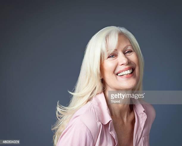mature woman laughing - une seule femme d'âge mûr photos et images de collection