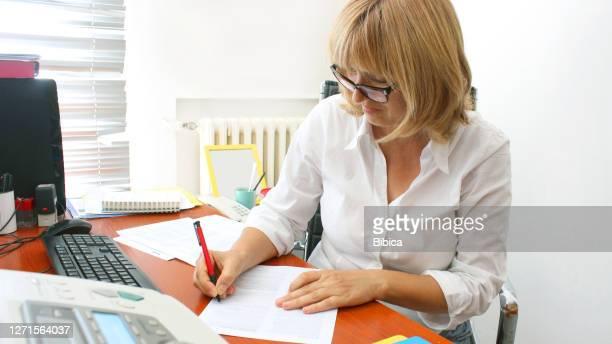 彼女の仕事で成熟した女性司書 - 校長 ストックフォトと画像