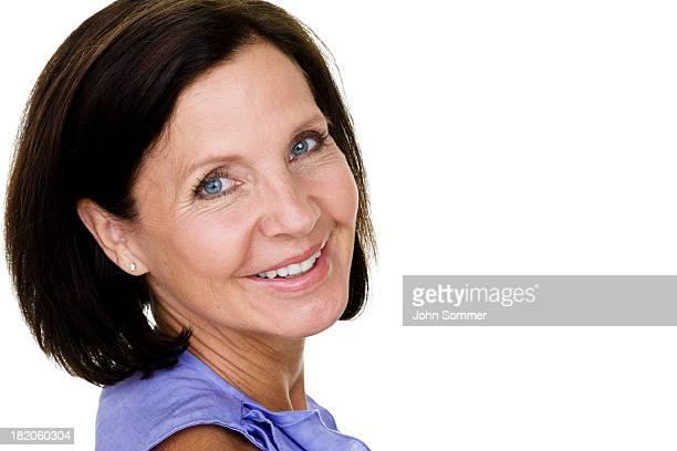 femme d'âge mûr regardant - brune aux yeux bleus photos et images de collection