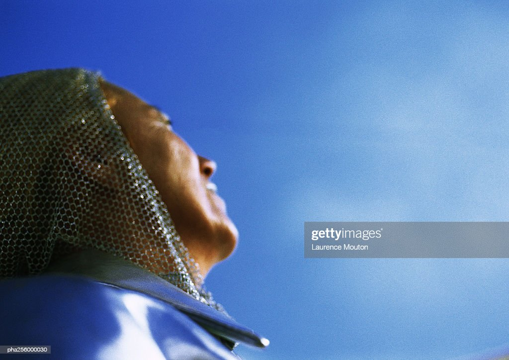 Mature woman looking up, low angle view, close-up : Stockfoto