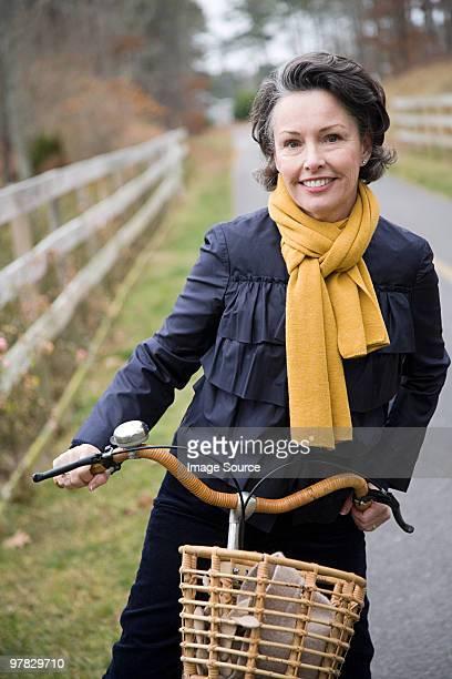 Femme d'âge mûr sur un vélo