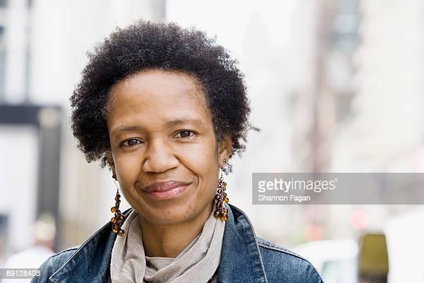 mature woman on city street - focagem no primeiro plano imagens e fotografias de stock