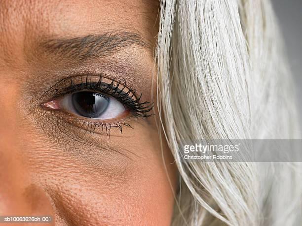 mature woman, portrait, close-up of left eye - left eye - fotografias e filmes do acervo