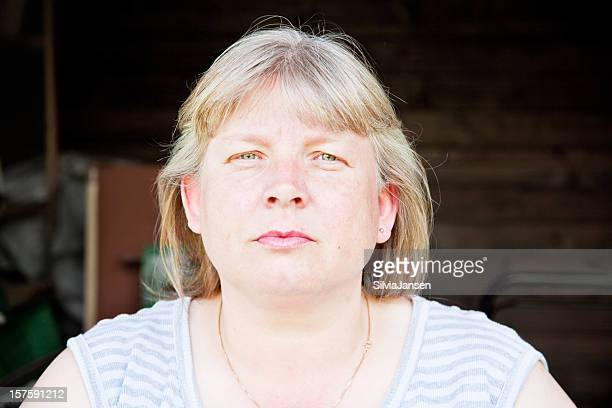 ältere frau porträt - blond mollig frau stock-fotos und bilder