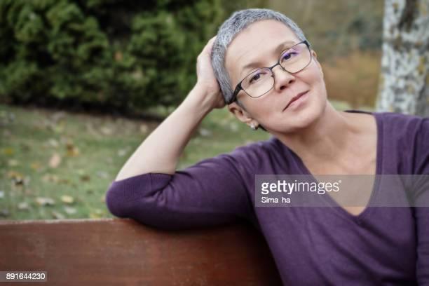Mujer madura descansando en el Parque