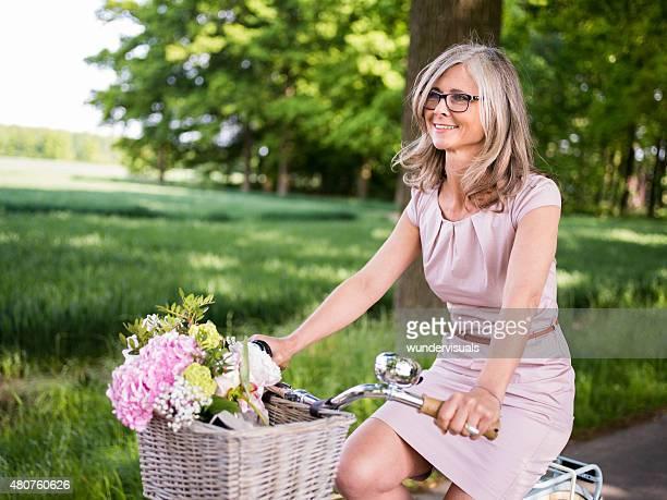 Reife Frau auf Retro Fahrrad in einem Sommer-park