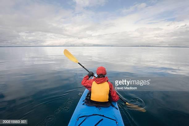 mature woman sea kayaking - isola di chichagof foto e immagini stock